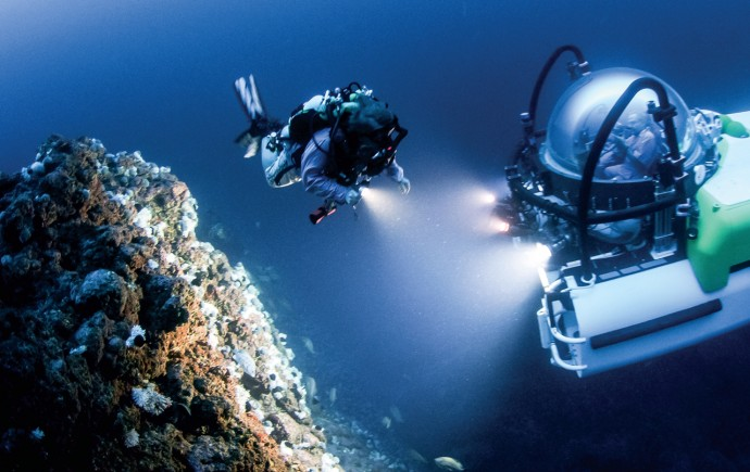 리차드 파일 박사가 코스타리타 해변의 트왈라잇 존에서 자신이 개발한 특수 다이버 탱크를 착용하고 탐사를 하고 있다.  - SCIENCE / © Howard Hall 제공